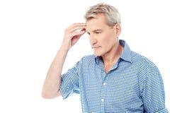 Hombre subrayado que sufre de dolor de cabeza Foto de archivo libre de regalías