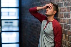 Hombre subrayado que sufre de dolor de cabeza Fotografía de archivo