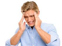 Hombre subrayado que sufre del dolor de cabeza aislado en el backgroun blanco Imagen de archivo