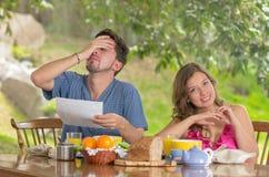 Hombre subrayado y mujer que discuten sobre el presupuesto familiar Fotografía de archivo libre de regalías