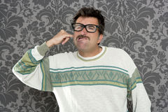 Hombre sucio del empollón del dedo del oído de la limpieza retro Fotografía de archivo libre de regalías