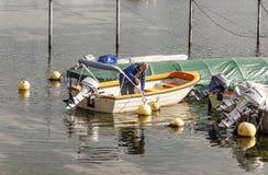 Hombre suizo en un barco de un lago Imagen de archivo libre de regalías