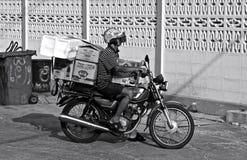 Hombre tailandés en la moto cargada Imagenes de archivo