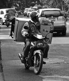 Hombre tailandés que transporta un refrigerador Fotografía de archivo libre de regalías