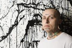 Hombre tatuado y perforado. Fotografía de archivo