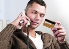 Hombre, teléfono y de la tarjeta de crédito Imagenes de archivo
