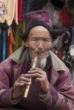 Hombre tibetano del retrato viejo en la calle en Leh, Ladakh La India Foto de archivo