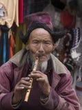 Hombre tibetano del retrato viejo en la calle en Leh, Ladakh La India Fotos de archivo
