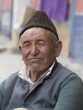 Hombre tibetano del retrato viejo en la calle en Leh, Ladakh La India Fotografía de archivo libre de regalías