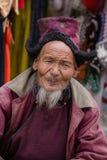 Hombre tibetano del retrato viejo en la calle en Leh, Ladakh La India Fotos de archivo libres de regalías