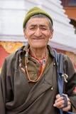 Hombre tibetano del retrato viejo en la calle en Leh, Ladakh La India Fotografía de archivo