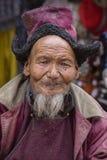Hombre tibetano del retrato viejo en la calle en Leh, Ladakh, la India del norte Foto de archivo libre de regalías