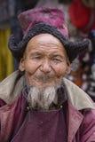 Hombre tibetano del retrato viejo en la calle en Leh, Ladakh, la India del norte Foto de archivo
