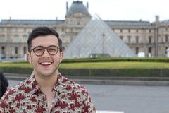 Hombre ?tnico lindo que sonr?e al aire libre fotografía de archivo libre de regalías