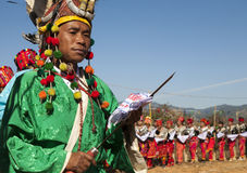 Hombre tradicional de Jingpo en la danza Imagen de archivo libre de regalías