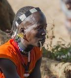 Hombre tradicionalmente vestido de Hamar con la masticación del palillo en su boca Turmi, valle de Omo, Etiopía Foto de archivo