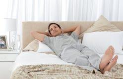 Hombre tranquilo que miente en su cama Fotografía de archivo libre de regalías
