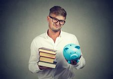 Hombre trastornado con estudio de universidad costoso foto de archivo libre de regalías