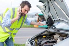 Hombre trastornado que llama servicio del mecánico de coche de la ayuda Fotos de archivo libres de regalías