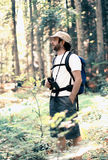 Hombre a través del bosque Imagen de archivo