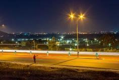 Hombre trenzado que hace autostop, ayuda de la noche imagen de archivo libre de regalías