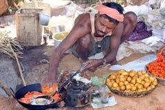 Hombre tribal en el mercado Imagen de archivo libre de regalías