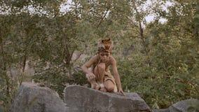 Hombre tribal prehistórico al aire libre almacen de metraje de vídeo
