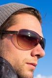 Hombre trigueno con gafas de sol y una mirada del sombrero Imagenes de archivo