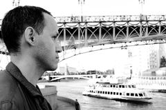 Hombre trigueno que recorre en Moscú Foto de archivo libre de regalías