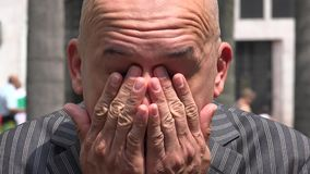 Hombre triste, adulto deprimido, sensaciones almacen de metraje de vídeo