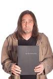 Hombre triste con el pelo largo que sostiene la carpeta Imagenes de archivo