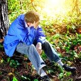 Hombre triste en el bosque Imagen de archivo