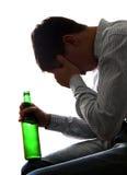Hombre triste en la adicción al alcohol Fotos de archivo libres de regalías