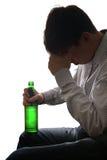 Hombre triste en la adicción al alcohol Imagen de archivo