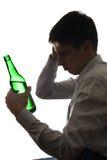 Hombre triste en la adicción al alcohol Foto de archivo