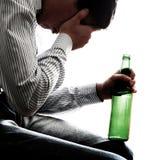 Hombre triste en la adicción al alcohol Foto de archivo libre de regalías