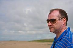 Hombre triste en la playa Fotos de archivo