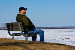 Hombre triste en un banco Fotos de archivo libres de regalías