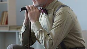 Hombre triste mayor que se sienta en el sitio que toma una siesta, soledad de la edad avanzada en clínica de reposo metrajes