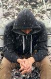Hombre triste que se sienta en banco Imagen de archivo libre de regalías