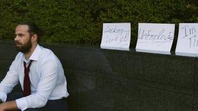 Hombre triste solo que busca trabajo en l?nea, el desempleo y la depresi?n, problemas Varón desesperado que busca la información, almacen de metraje de vídeo