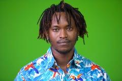 Hombre turístico africano hermoso joven con los dreadlocks Imagenes de archivo