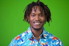Hombre turístico africano hermoso joven con los dreadlocks Imagen de archivo libre de regalías