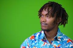 Hombre turístico africano hermoso joven con los dreadlocks Imagen de archivo