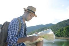 Hombre turístico asiático joven con la mochila Fotos de archivo libres de regalías