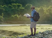Hombre turístico asiático joven con la mochila Imágenes de archivo libres de regalías