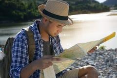 Hombre turístico asiático joven con la mochila Imagenes de archivo