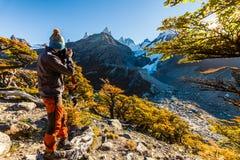 Hombre turístico barbudo en el fondo de un paisaje de la montaña Imagen de archivo libre de regalías