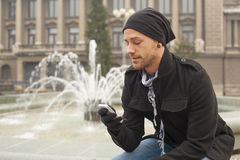 Hombre turístico con el teléfono móvil Joy In City Fotografía de archivo libre de regalías