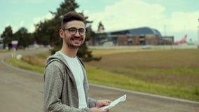 Hombre turístico en el camino que mira la cámara y la sonrisa almacen de video